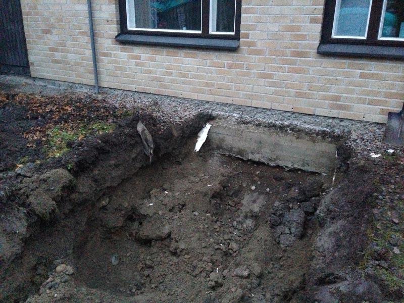Talon sokkelia kaivettiin esiin putkien uutta ulostuloaukkoa varten.