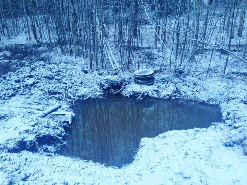 Viemärin ja vesijohdon liittymän kaivanto täyttyi nopeasti vedestä.