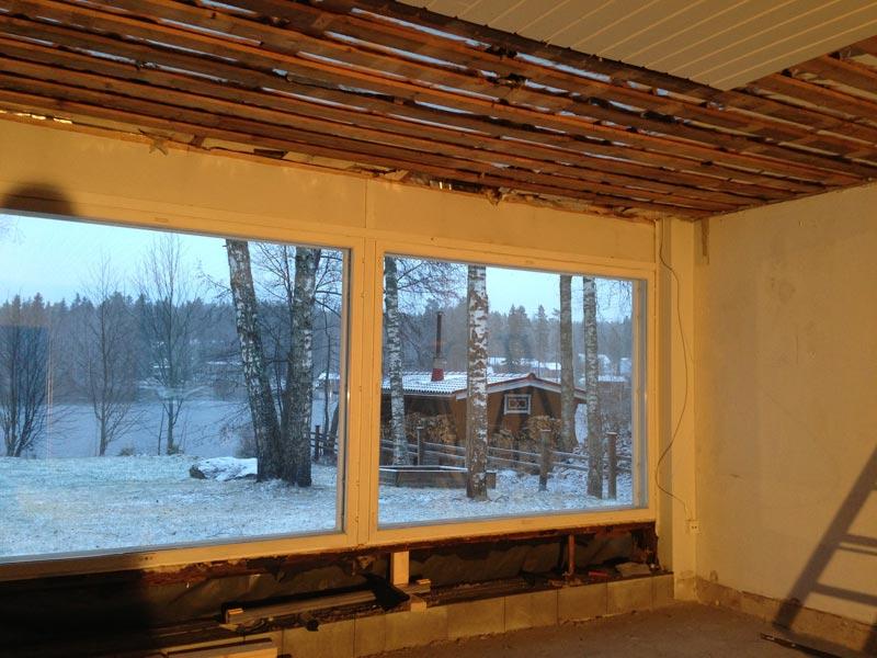 Olohuoneessa valmistellaan katon purkamista.