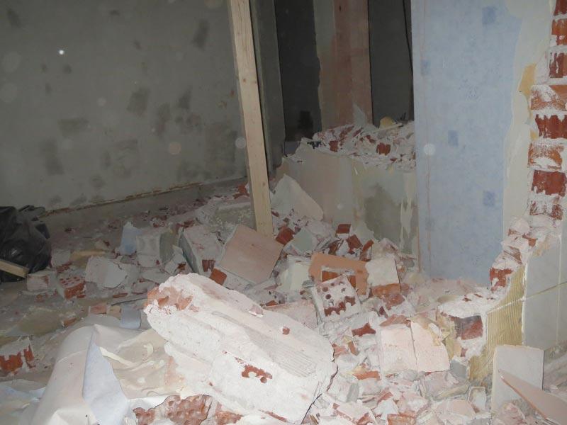 Näkymä kylpyhuoneesta kodinhoitohuoneeseen.