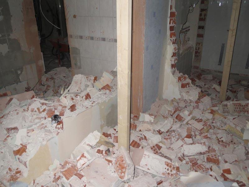 Näkymä kylpyhuoneesta. Kodinhoitohuone vasemmassa ja sauna oikeassa laidassa.