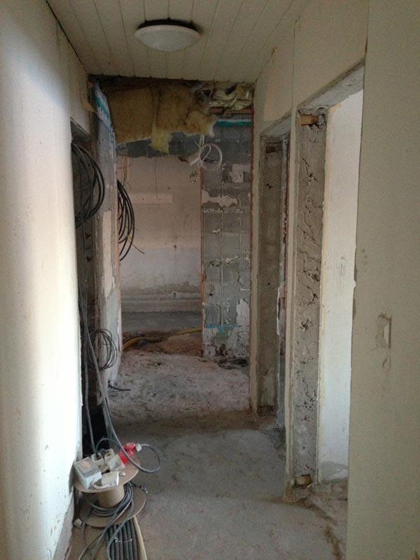 Näkymä eteisestä käytävään, jonka päässä on uusi oviaukko harrastehuoneeseen.