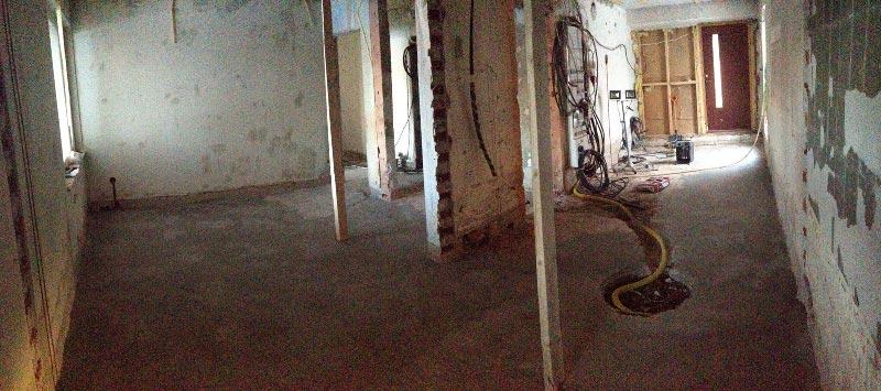 Panoraamakuva kylpyhuoneesta. Vasemmalla kodinhoitohuone, oikealla ensin sauna ja perällä harrastehuone omalla sisäänkäynnillä.