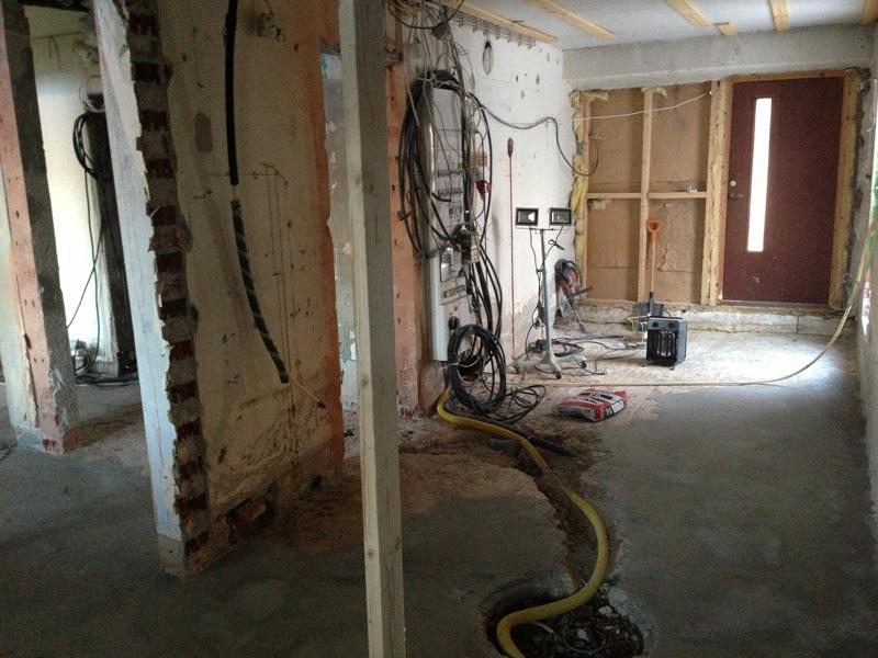Näkymä kylpyhuoneesta. Vasemmalla kodinhoitohuone, oikealla ensin sauna ja perällä harrastehuone omalla sisäänkäynnillä.