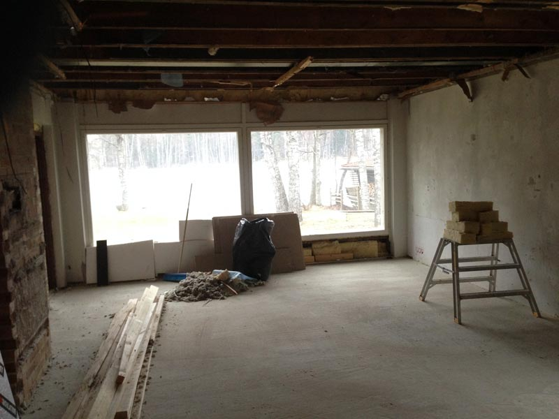 Olohuoneen työmaata. Kerrosten välinen katto on vielä paikallaan.