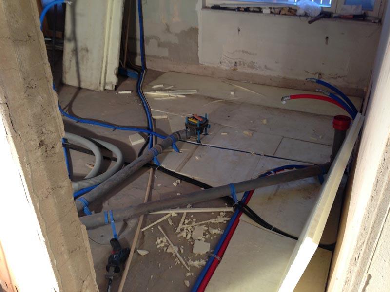 FinnFoamia lattiaan eristeeksi betonien väliin ja putkien päälle.