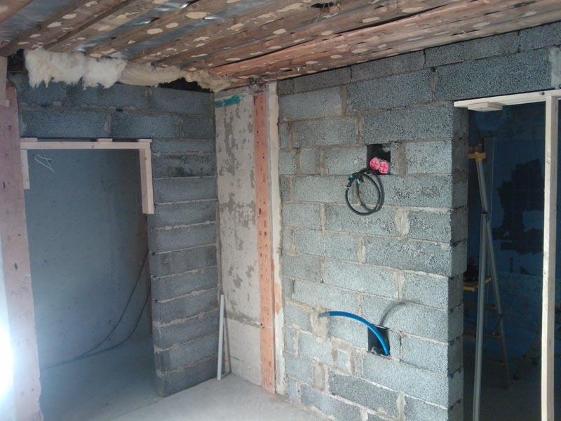 Alkaa olla valmista seinää. Näkymä kodinhoitohuoneesta. Oikealla kylpyhuone ja vasemmalla käytävä.
