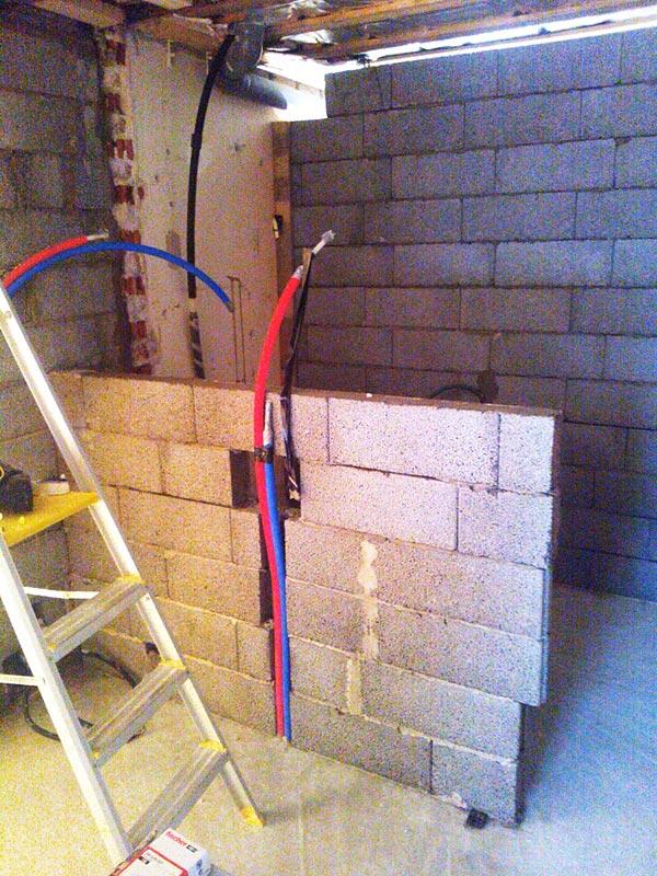 Saunan ja kylpyhuoneen välinen seinäke.