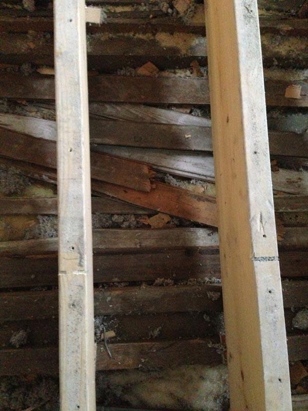 Kerrosten välisen vanhan katon sisään oli aikoinaan sullottu valtavasti romua.