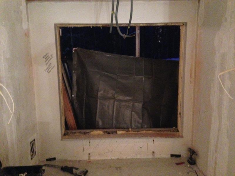 Tulevan keittiön ikkuna odottaa muutostaan purettuna. Ulkona 15 astetta pakkasta.