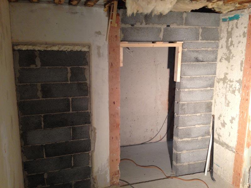 Kodinhoitohuoneen uusi ovi käytävälle. Vieressä umpeen muurattuna vanha ovi.