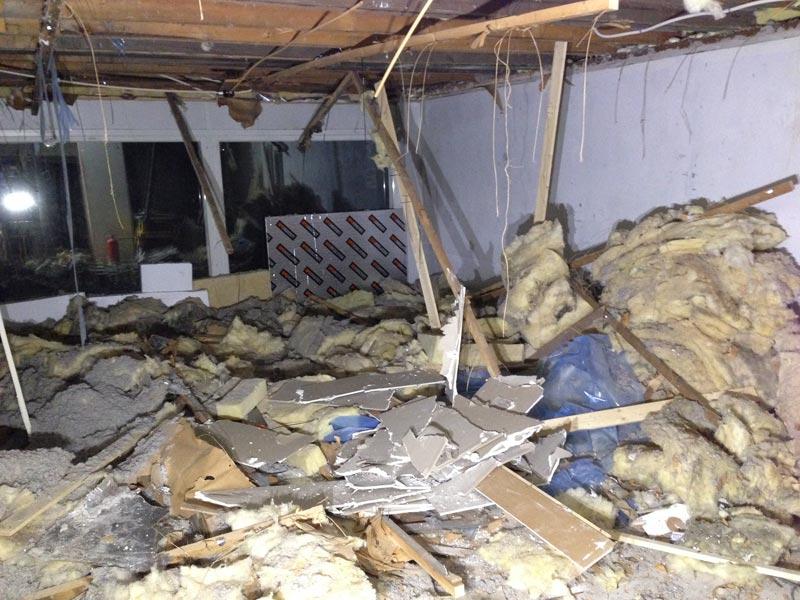 Olohuoneen kattorakenteiden purkamisen tulos.