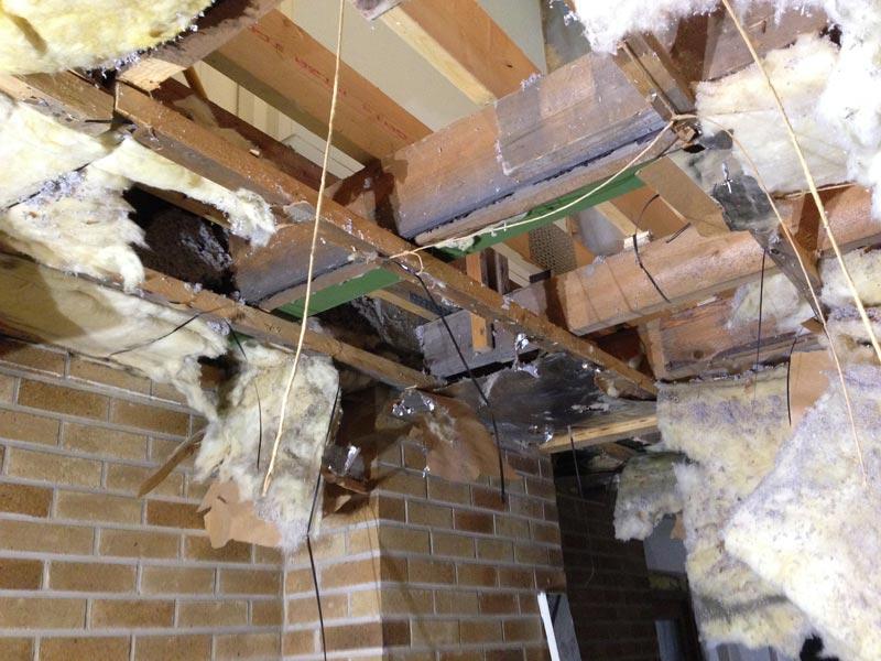 Olohuoneen kattorakenteiden purkamisen tulos. Ylhäältä pilkottaa toinen kerros.