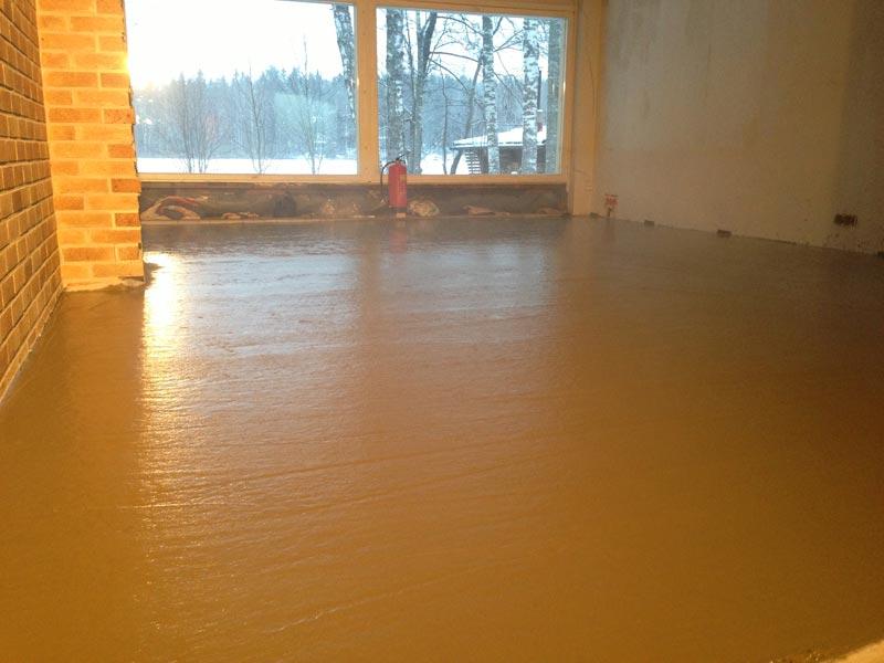 Olohuoneen lattian uutta tasaista pintaa.