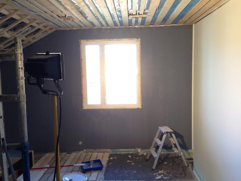 Olohuoneen yläosan seinää. Tässä näkyvä lattia puretaan myöhemmin pois.