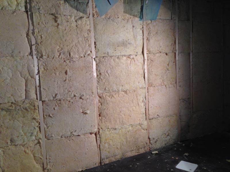 Uusi kantava seinä villattuna.