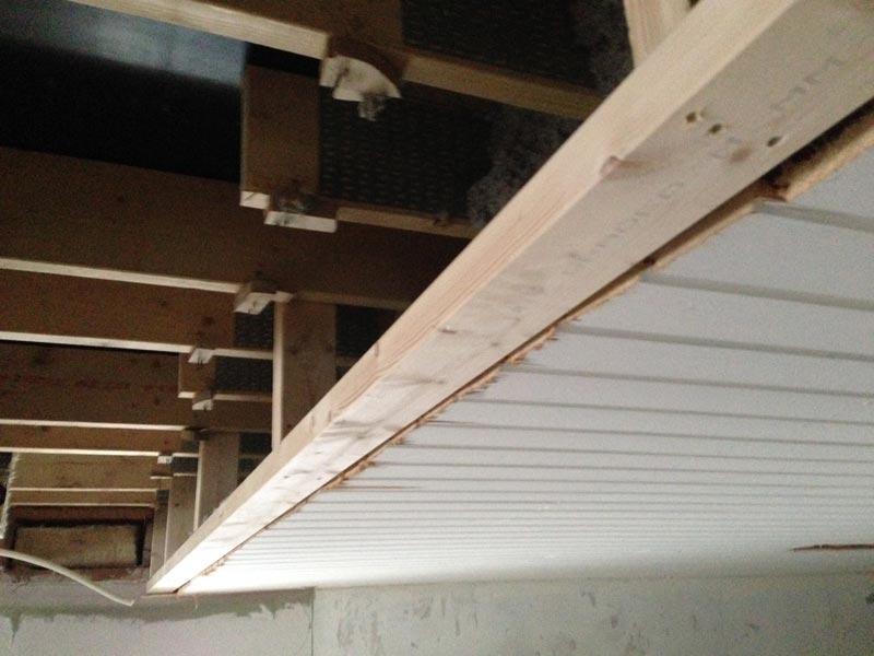 Tässä alakerran katon uuteen päättymiskohtaan lisätty alapuu.