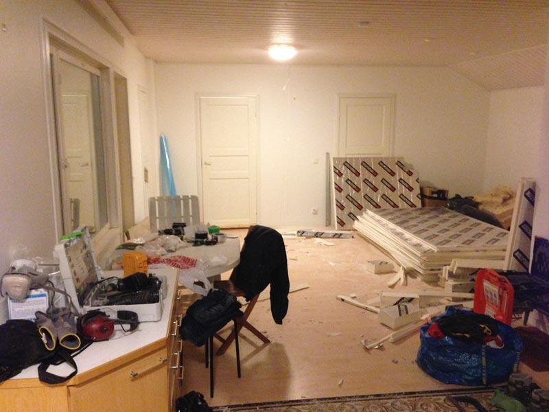 Poistuvan huoneen ovi vielä paikallaan. Tältä yläkerran aulassa on näyttänyt vuodesta 2009 saakka, mutta nyt tilanne muuttuu.
