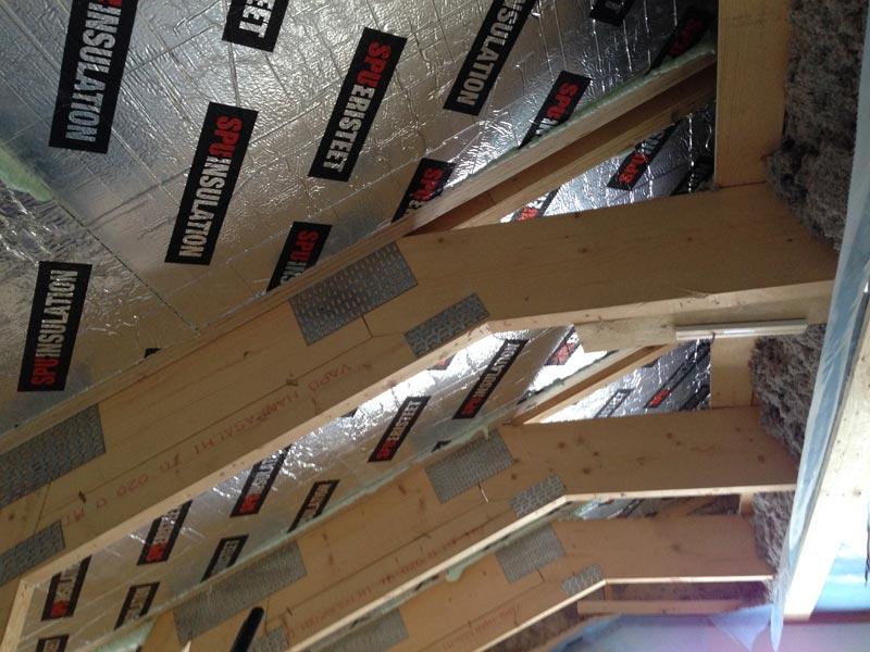 SPU-eristelevyä kattoon reippaasti.