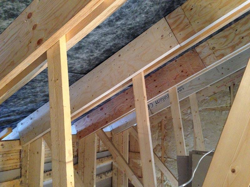 Lisättyä kertopuuta kattokehien yläosissa.
