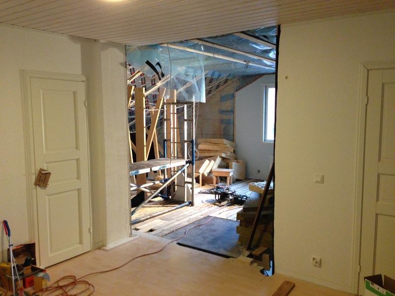Yläkerran seinä viimein kaadettu. Tästä tulee jatkossa aukko alakertaan saakka ja kulku kierreportaisiin.