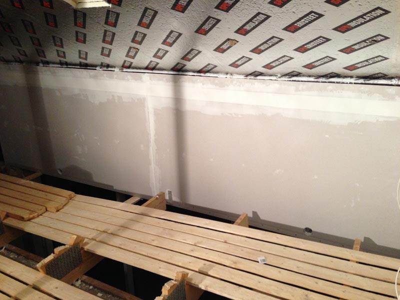 Olohuoneen ikkunan päällinen seinä saa pintaa.