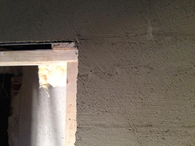 Seiniä tasoitetaan Weberin MT ja Weberin LR+ -tasoitteilla.